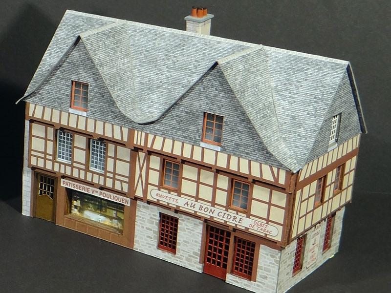 Alignement 6 4 2 maisons historiques bretonnes avec 1 for Maison avec angle casse